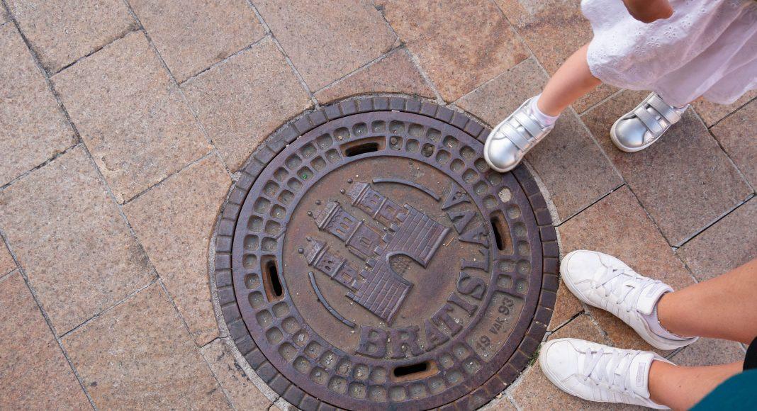 bratislava_bouche_egout_pieds