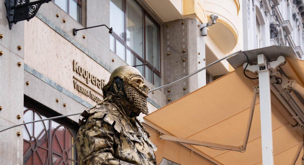bratislava_moving_statue