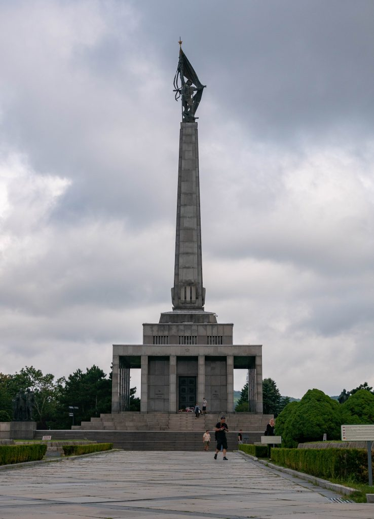 bratislava_slavin_statue