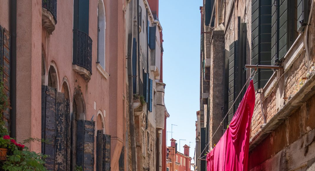 venise_canal_rouge