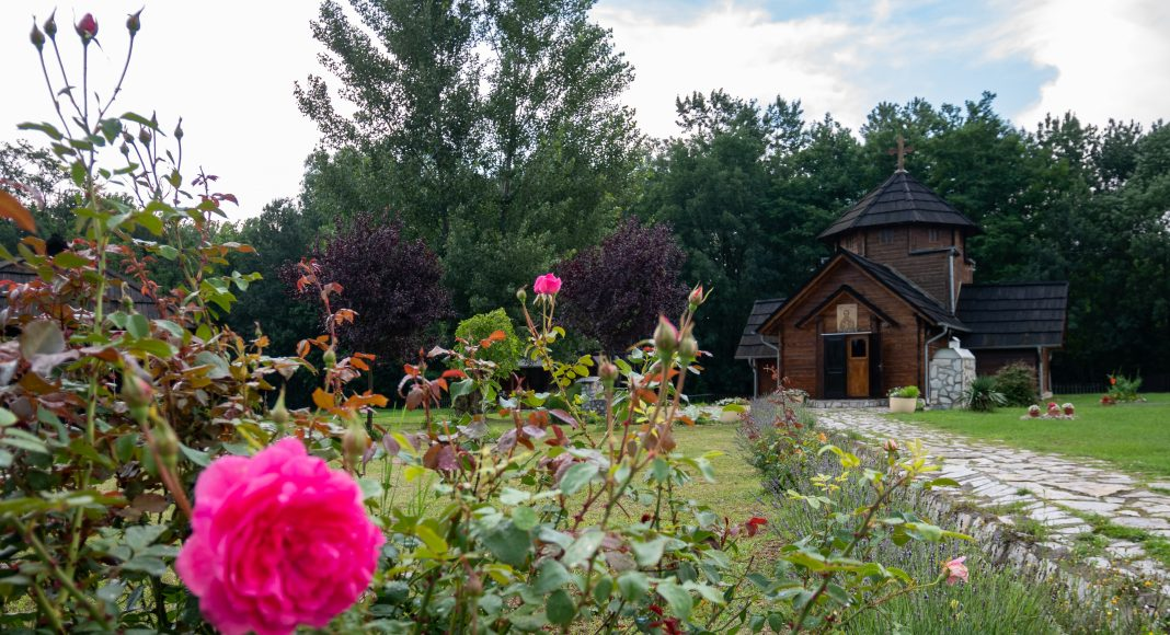 etno_selo_eglise_fleurs