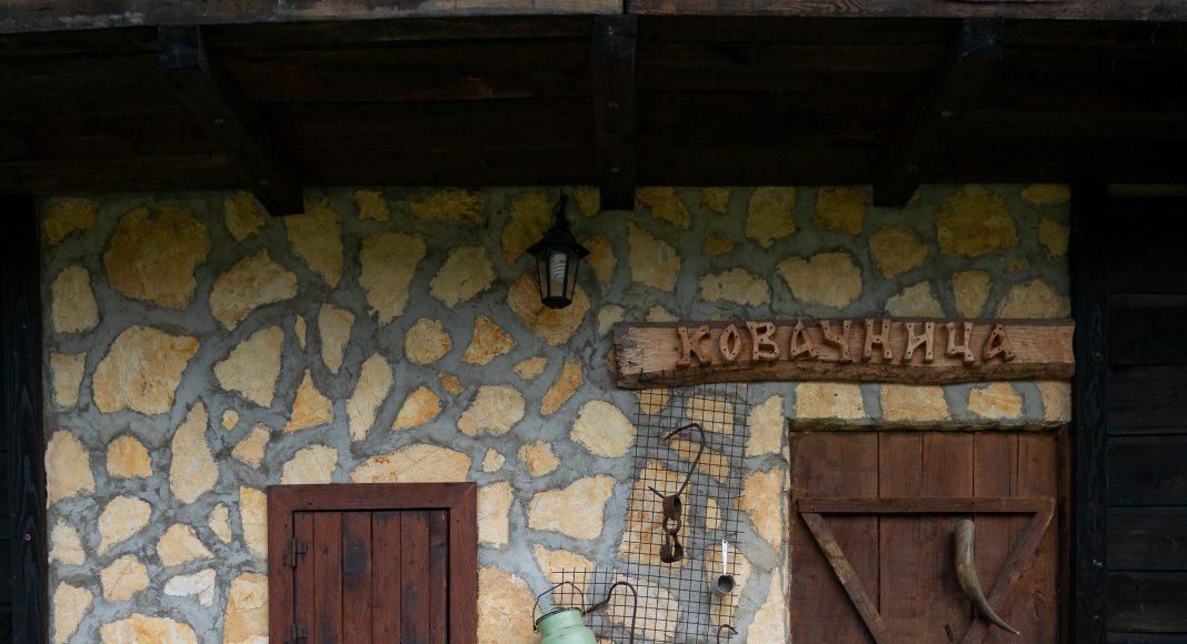etno_selo_facade_maison_mur